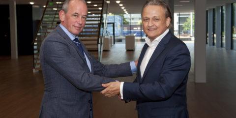 Frits Gronsveld (l) schudt Peter Kamermans de hand in de inspirerende leer- en werkomgeving